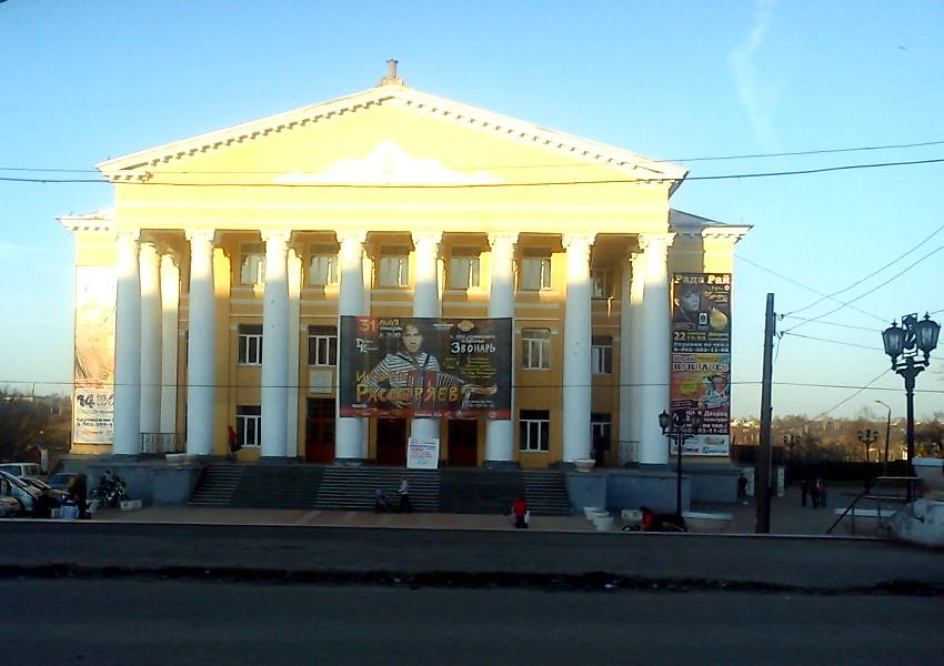 Дворец культуры в Павлово, с афишей Игоря Растеряева